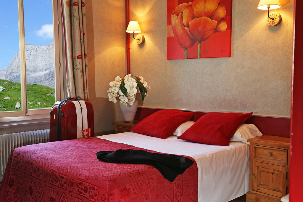 Chambre rouge de l'hôtel des Alpes